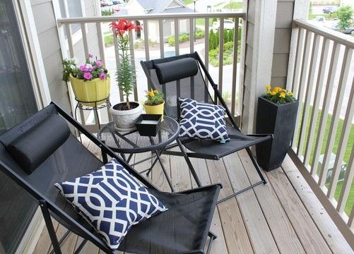 Decoraci n de departamentos brinda un estilo veraniego a - Sillas para balcon ...