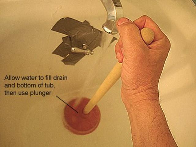 ¿Cómo destapar el drenaje obstruido de la bañera?