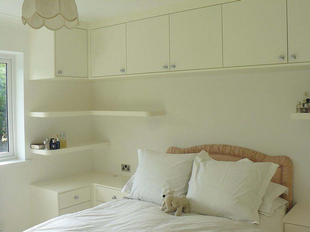 Catorce consejos para ahorrar espacio en tu dormitorio for Repisas espacios pequenos