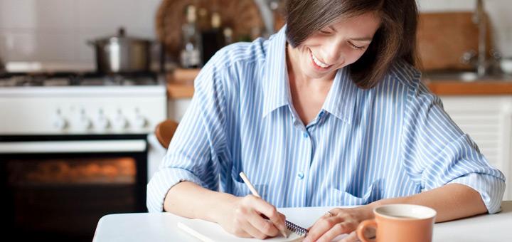 mujer escribir  lista