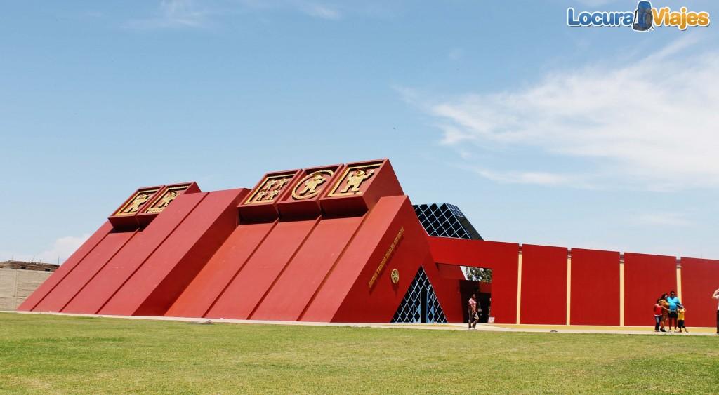 Puerta principal del Museo Tumbas Reales de Sipán