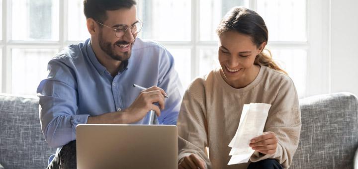 pareja laptop facturas
