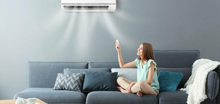 mujer sala aire acondicionado