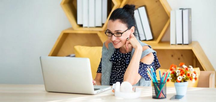 mujer laptop