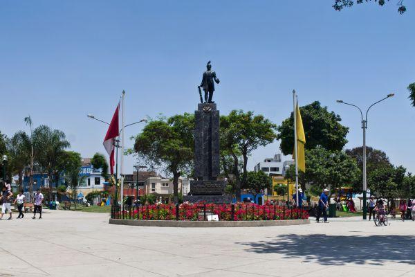 Vivir en Lince Plaza Pedro Ruiz Gallo